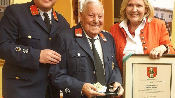 Ehrpfennig für Feuerwehr-Urgestein, dem Ehrenhauptlöschmeister Rudolf Woath